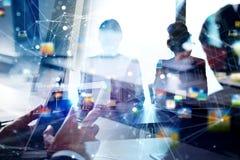 Os executivos trabalham junto no escritório Conceito dos trabalhos de equipa e da parceria exposição dobro com efeitos da rede fotos de stock
