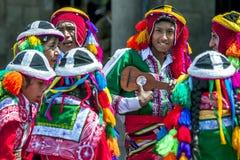 Os executores coloridamente vestidos em uma rua de Cusco durante o primeiro de maio desfilam no Peru Imagem de Stock Royalty Free