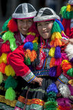 Os executores coloridamente vestidos em uma rua de Cusco durante o primeiro de maio desfilam no Peru Fotos de Stock