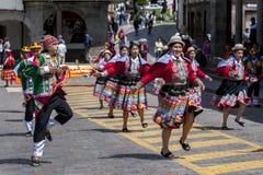 Os executores no primeiro de maio desfilam em Cusco no Peru Fotografia de Stock Royalty Free