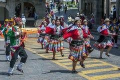 Os executores no primeiro de maio desfilam em Cusco no Peru Fotos de Stock