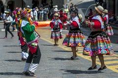 Os executores no primeiro de maio desfilam em Cusco no Peru Foto de Stock
