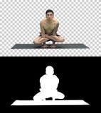 Os exercícios praticando da ioga escalam a pose - Tolasana, Alpha Channel foto de stock