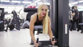 Os exersices da hipertensão executaram pela fêmea loura desportiva bonita Estilo de vida saudável Bem-estar e aptidão video estoque