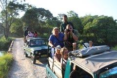 Os exploradores do safari do jipe no parque nacional de Jaldapara na Índia fotografia de stock