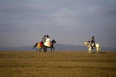 Os fãs da história em trajes militares reenacts a batalha de três imperadores Fotografia de Stock Royalty Free