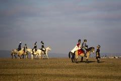 Os fãs da história em trajes militares reenacts a batalha de três imperadores Fotografia de Stock