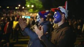 Os fãs franceses aplaudem Aplauso da multidão dos povos O homem exulta Os indivíduos são 4k de sorriso video estoque