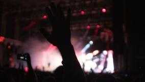 Os fãs que filmam o desempenho impressionante da música com os lasers brilhantemente iluminados mostram vídeos de arquivo