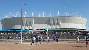 Os fãs são enviados ao estádio em Rostov-On-Don antes do fósforo de futebol O período do campeonato do mundo video estoque