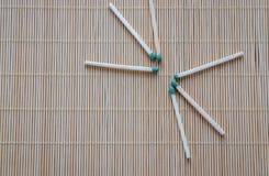 Os fósforos de madeira com cabeças fosforosas verdes são dispersados na tabela imagens de stock royalty free