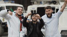 Os fan de futebol comemoram a vitória em ruas do close-up de Europa Os povos estão felizes filme
