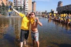 Os fan de futebol suecos têm o divertimento em uma fonte Fotos de Stock Royalty Free