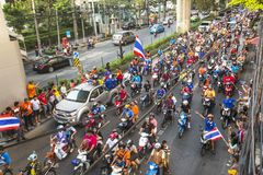 Os fan de futebol tailandeses comemoram após ter ganhado AFF Suzuki Cup 2014 Imagens de Stock