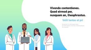 Os farmacêuticos em linha da raça da mistura da consulta do laptop afro-americano da posse do doutor team o trabalhador das clíni ilustração do vetor