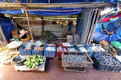 Os fazendeiros estão vendendo seus produtos tais como ovos, vegetais e peixes no mercado de domingo fotografia de stock
