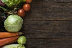Os fazendeiros frescos introduzem no mercado frutas e legumes de cima com do sp da cópia imagem de stock royalty free