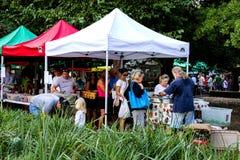 Os fazendeiros introduzem no mercado em Marion Square Park, rei Street, Charleston, SC Fotografia de Stock Royalty Free
