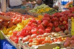 Os fazendeiros introduzem no mercado pimentos frescos Fotografia de Stock Royalty Free