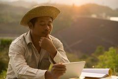 Os fazendeiros tailandeses estão aprendendo habilidades profissionais do desenvolvimento imagens de stock