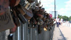 Os fechamentos oxidados deixados recentemente por casais penduram na ponte vídeos de arquivo