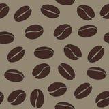 Os feijões de café de Brown no fundo bege vector o teste padrão sem emenda, Imagens de Stock Royalty Free