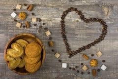 Os feijões de café no coração dão forma na tabela de madeira Pires da cenoura do açúcar Fotos de Stock Royalty Free