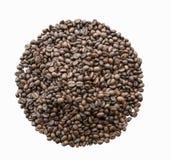Os feijões de café Roasted no fundo branco, este são trajeto de grampeamento Imagem de Stock