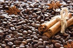 Os feijões de café roasted são dispersados e um grupo de varas e de anis de canela imagens de stock royalty free