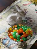 Os feijões de geleia e as ajudas brancas pequenas de um coelho da porcelana ajustaram uma Páscoa doce fotos de stock royalty free