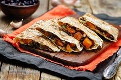 Os feijões pretos temperaram o quesadilla da batata doce imagem de stock