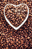 Os feijões de café Roasted em um coração deram forma à bacia em Valentine Day Ho Fotografia de Stock