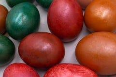 Os feriados coloridos da Páscoa do setfor dos ovos da páscoa, coloridos com cor diferente e a tonalidade que usam ingredientes na foto de stock