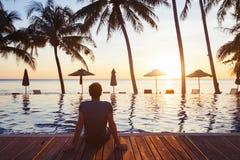 Os feriados no hotel de luxo, férias da praia, apreciam o curso imagem de stock