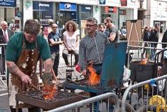 Os ferreiros demonstram seu trabalho. Imagens de Stock Royalty Free