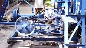 Os ferris de giro pequenos do detalhe do motor rodam dentro o parque da cidade filme