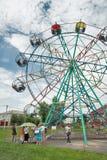 Os ferris velhos pequenos rodam dentro o parque de Golyshmanovo Imagem de Stock Royalty Free
