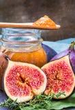 Os figos conserva bloqueiam ou dos doce de fruta e frutos frescos dos figos fotografia de stock