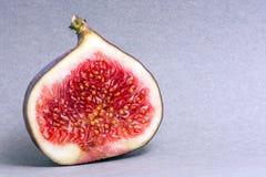 Os figos cortaram em duas porções Fruta suculenta Cores brilhantes Foto de Stock Royalty Free