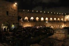 Os finais de campeonato do mundo 2014, Alemanha ganham - a visão pública na torre antiga de David na noite imagens de stock royalty free