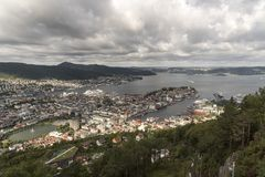 Os fiordes cruzam 4o - 11o AugustView ao noroeste através de Bergen da montanha de Fløyen fotos de stock