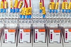 Os fios bondes ou os cabos são conectados a um relé intermediário de acordo com o esquema foto de stock