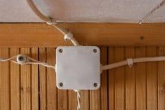 Os fios brancos são conectados, entrelaçados e escondendo em uma caixa branca fotos de stock