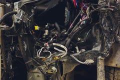 Os fios da fiação do carro encontram-se na cabine do carro desmontado com conectores e tomadas, uma vista através da janela imagens de stock