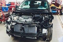 Os fios da fia??o do carro encontram-se na cabine do carro desmontado com conectores e tomadas, uma vista atrav?s da janela fotografia de stock royalty free
