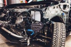 Os fios da fia??o do carro encontram-se na cabine do carro desmontado com conectores e tomadas, uma vista atrav?s da janela foto de stock royalty free
