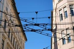 Os fios do bonde estragam a aparência das casas imagens de stock