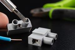 Os fios elétricos montaram a uma tomada elétrica Acessórios elétricos instalados na casa imagem de stock royalty free