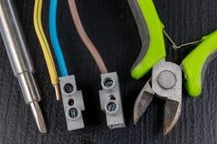 Os fios elétricos montaram a uma tomada elétrica Acessórios elétricos instalados na casa foto de stock