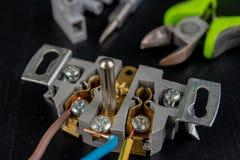 Os fios elétricos montaram a uma tomada elétrica Acessórios elétricos instalados na casa imagens de stock